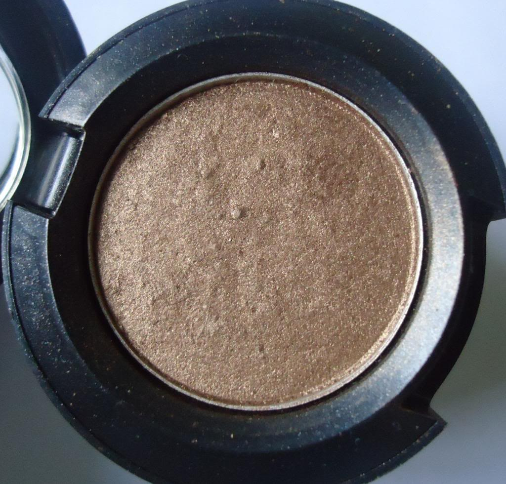 DSC01820 zps0f1412a9 MAC Eyeshadow Romp Review, Swatches
